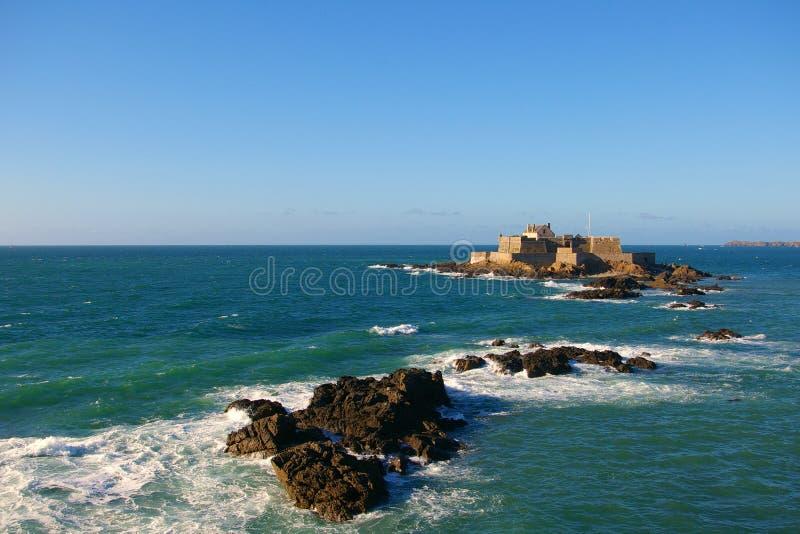 Download O Forte Nacional Em Saint Malo Foto de Stock - Imagem de saint, nuvens: 12812998