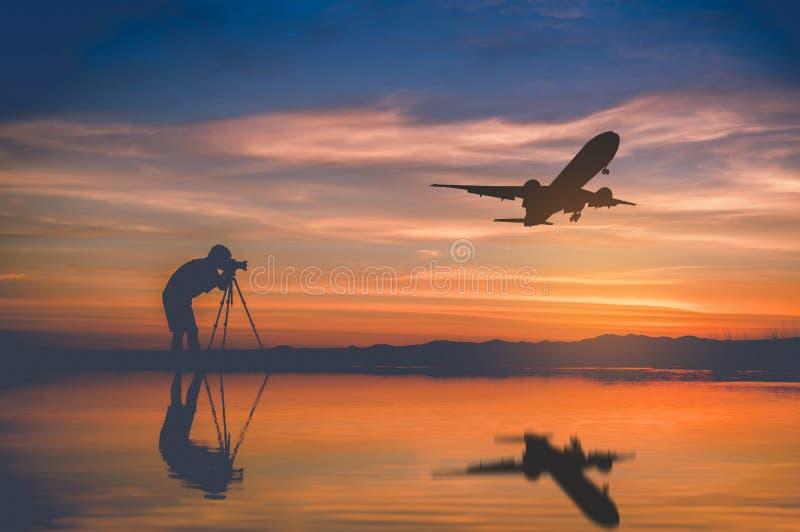 O fotógrafo da silhueta toma a mosca da foto e do plano da silhueta em s fotografia de stock