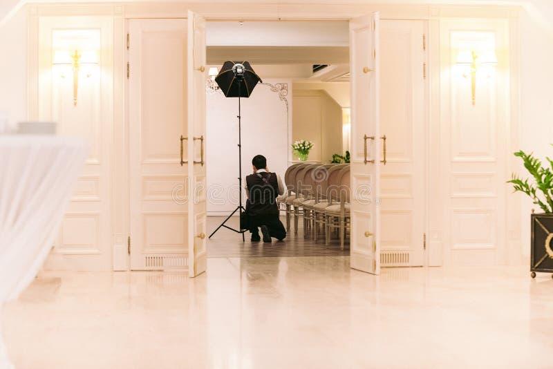 O fotógrafo do casamento toma imagens da cerimônia imagem de stock royalty free