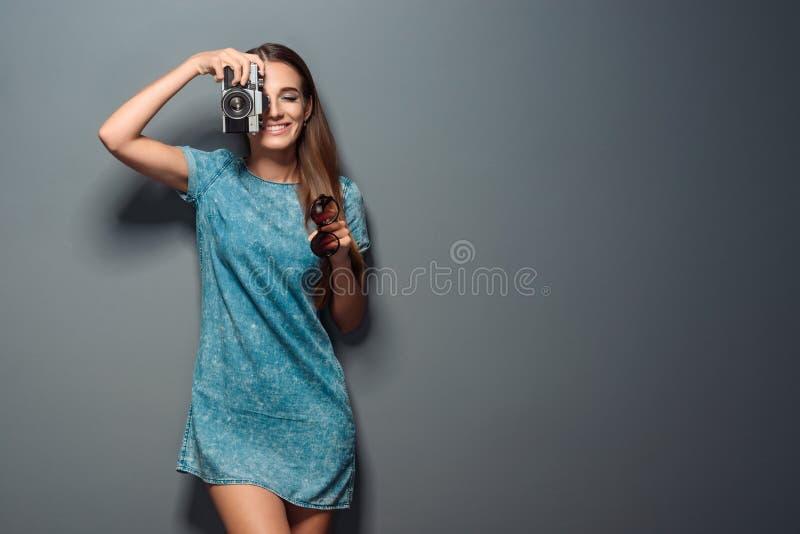 O fotógrafo encantador toma um tiro fotografia de stock royalty free