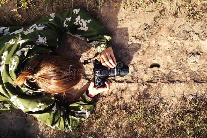 O fotógrafo está tomando uma foto da lagarta que anda na estrada imagens de stock royalty free