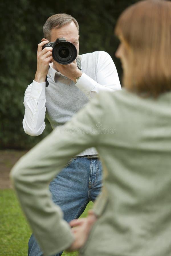 O fotógrafo masculino toma um retrato do modelo fotografia de stock royalty free