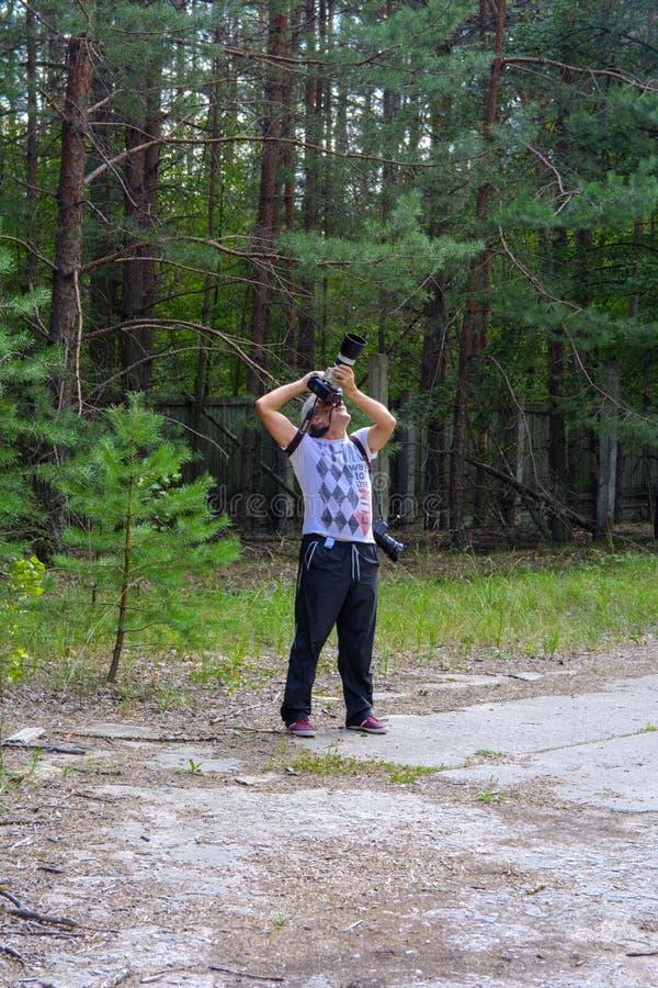 O fotógrafo toma imagens na zona de exclusão imagens de stock