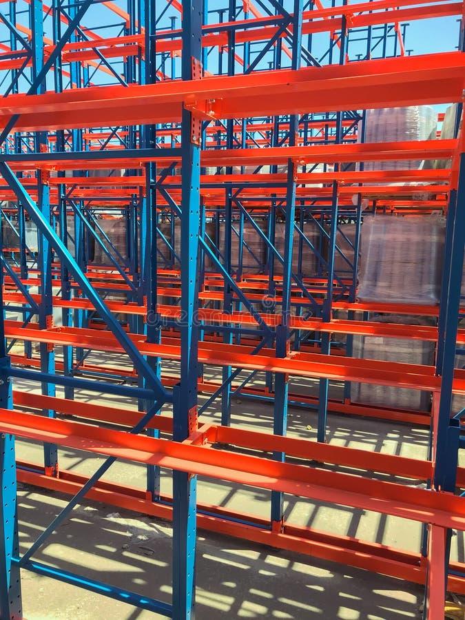 O fragmento agradável da vista da cremalheira industrial do metal exterior colorido, expedição está o equipamento dos shelfs imagens de stock