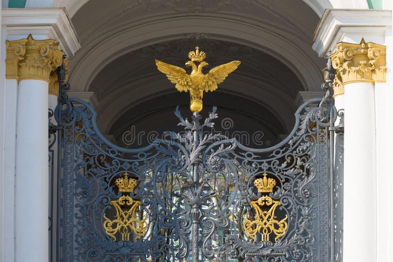 O fragmento da via principal com o monograma imperial dobro-dirigiu a águia, palácio do inverno St Petersburg imagens de stock royalty free