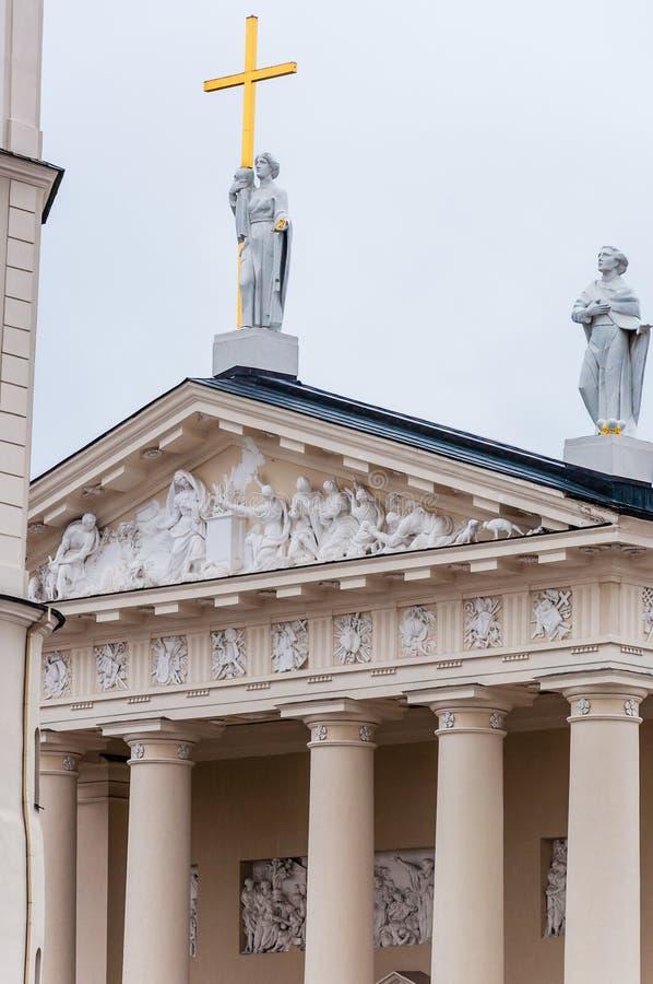 O fragmento principal da fachada da basílica da catedral de St Stanislaus e de St Ladislaus de Vilnius Roman Catholic Cathedral p fotografia de stock royalty free