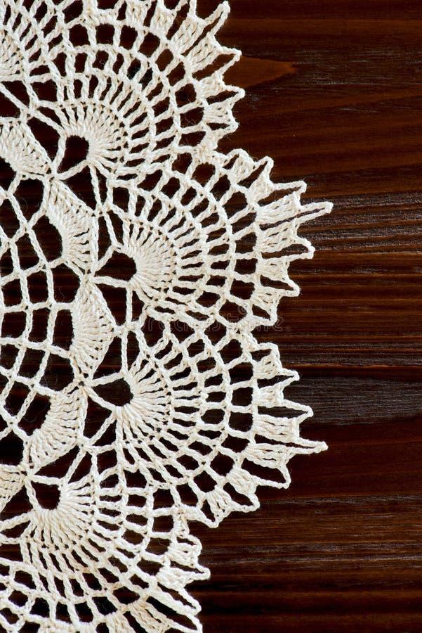 O fragmento vertical de um marfim do vintage faz crochê o doily imagens de stock
