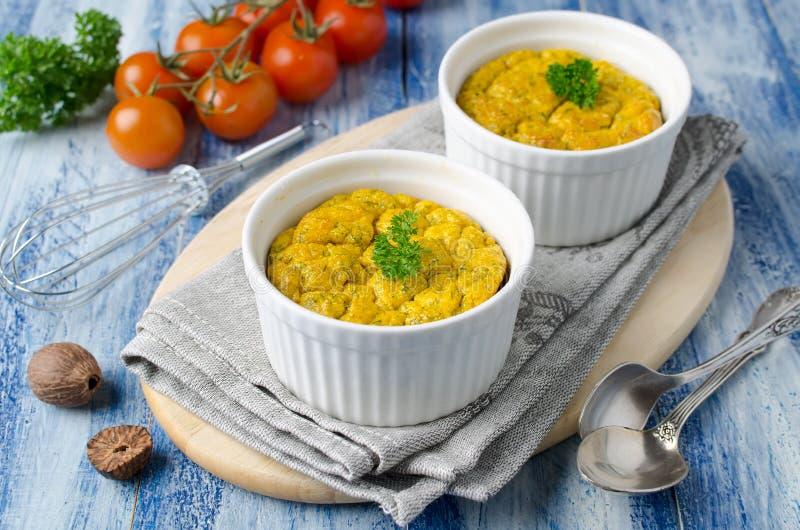O francês cozeu o souffle de queijo com cenouras e aneto no ramek branco imagens de stock