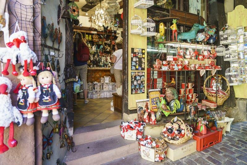O francês típico compra com as lembranças em Alsácia, França imagens de stock