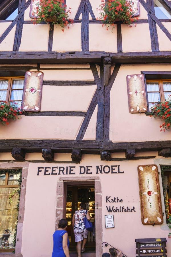 O francês típico compra com as lembranças em Alsácia, França imagem de stock