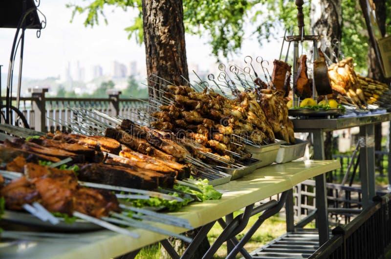 O frango frito picante, no espeto da galinha, posta é preparado para a venda como um alimento da rua imagens de stock royalty free