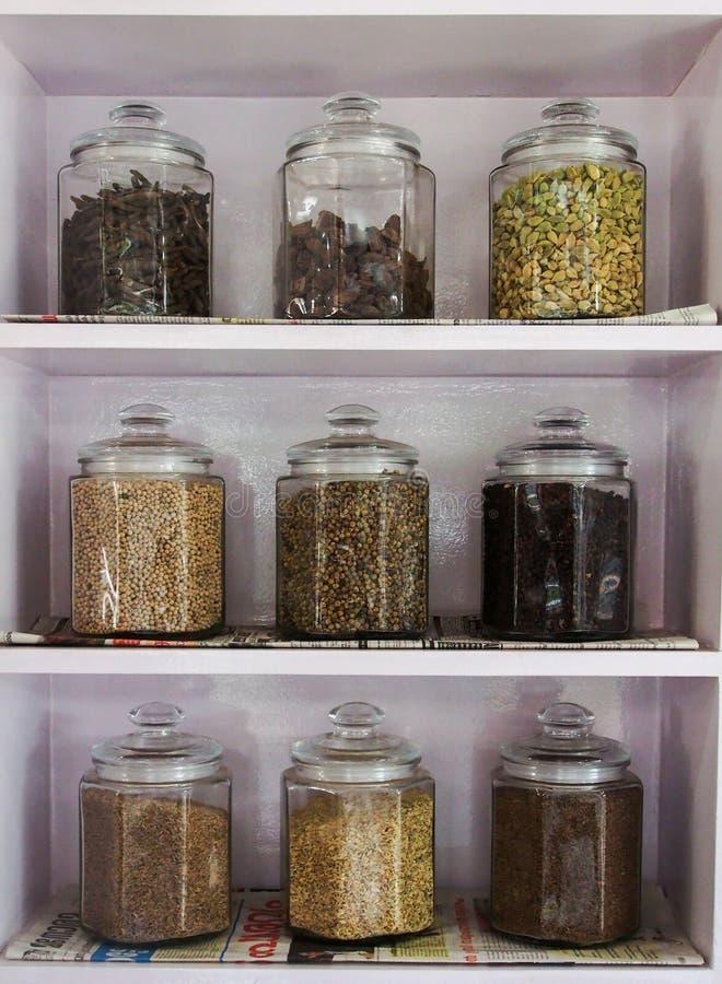 O frasco da especiaria empilha acima ou cremalheira de especiaria na Índia imagens de stock royalty free