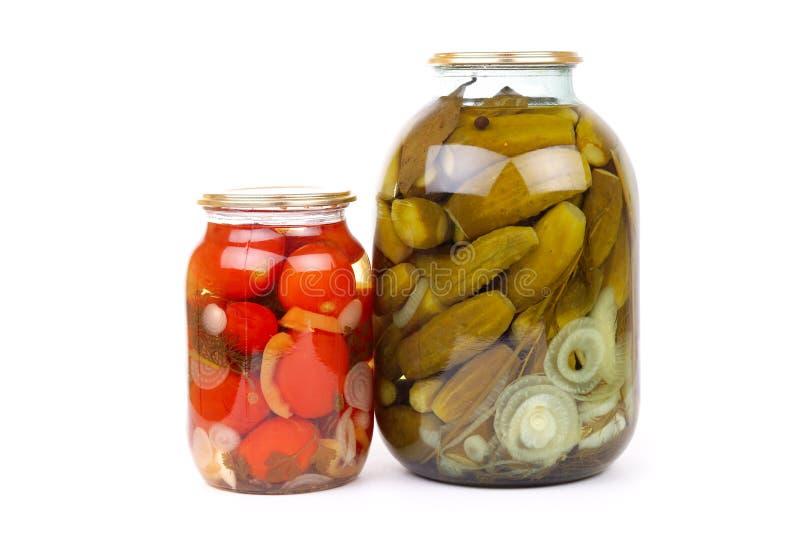 O frasco de vidro desobstruído de vegetais conservados coloridos imagens de stock