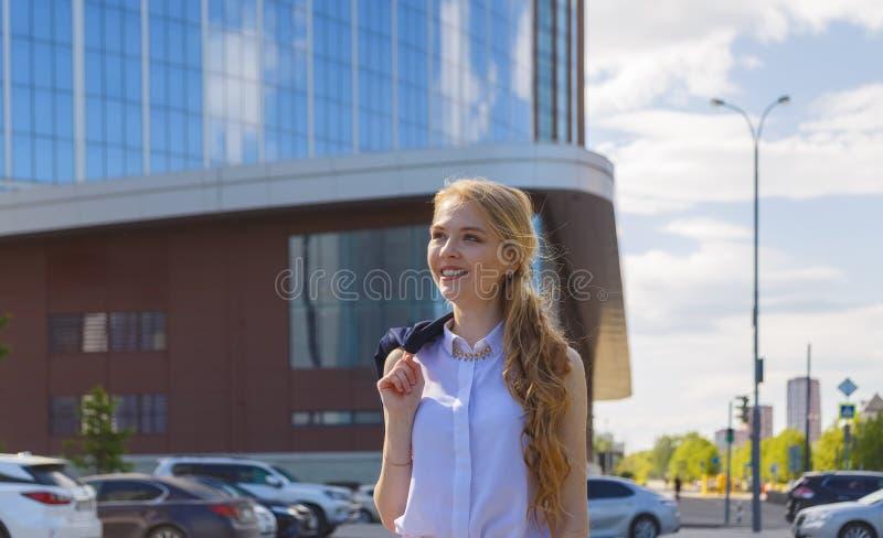 O freelancer da mulher aprecia o verão que anda na rua fotos de stock royalty free