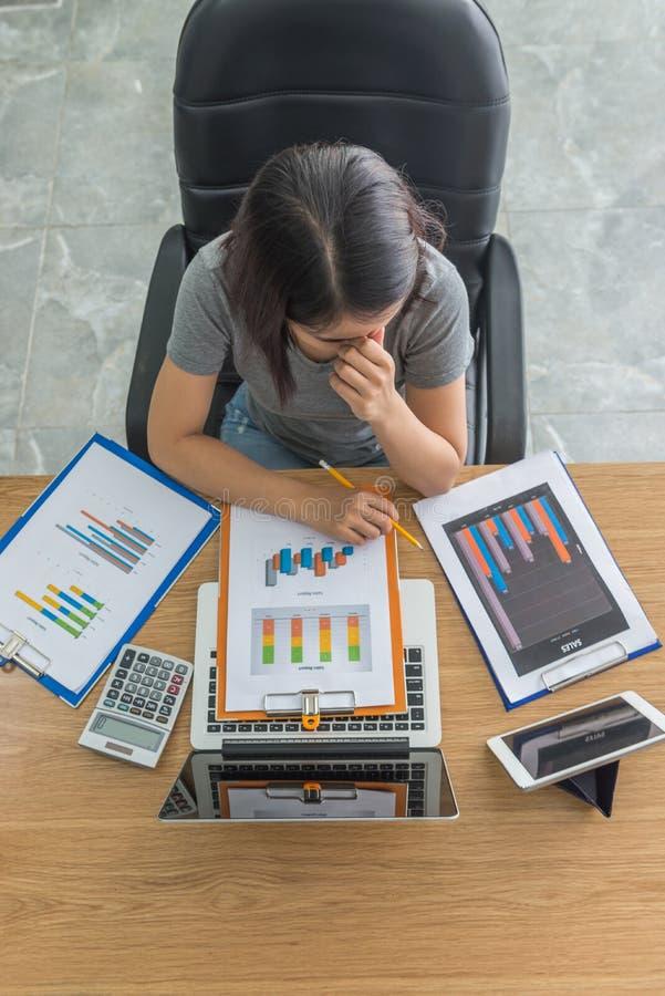 O freelancer novo do negócio sente cansado e dor de cabeça com problemas de negócio imagens de stock