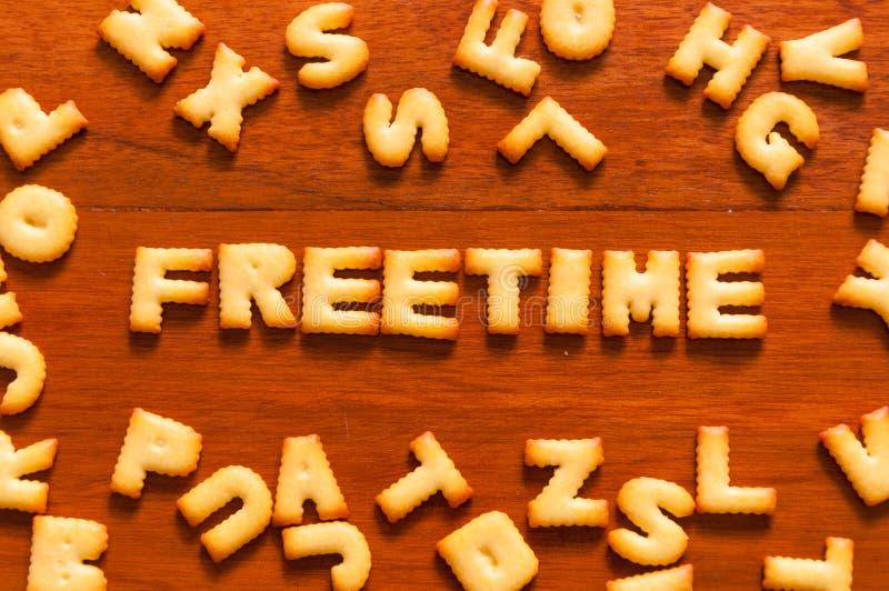 O freetime da palavra escrito com biscoito imagem de stock royalty free