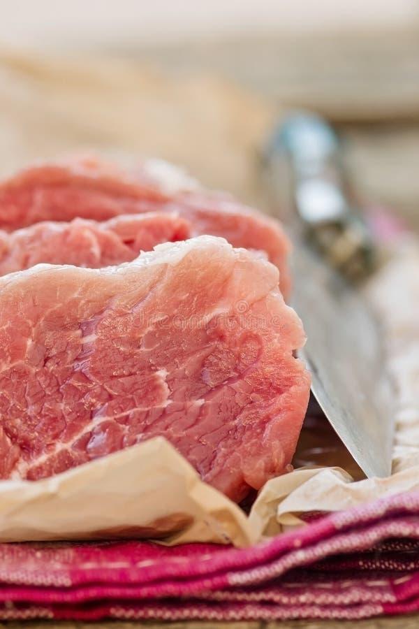 O fresco, bruto, corte na faixa da carne de porco das partes imagem de stock royalty free