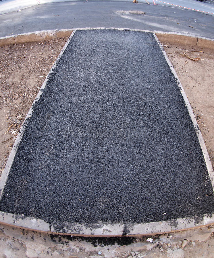 O fresco, preto, apenas asfalto colocado na estrada foto de stock royalty free