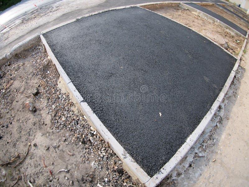 O fresco, preto, apenas asfalto colocado no canteiro de obras fotos de stock