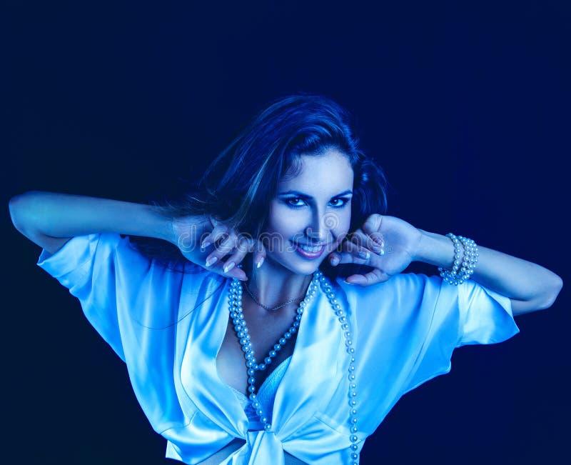 O Frio Tonifica O Retrato Da Mulher Caucasiano Com Sorriso Toothy Fotografia de Stock Royalty Free