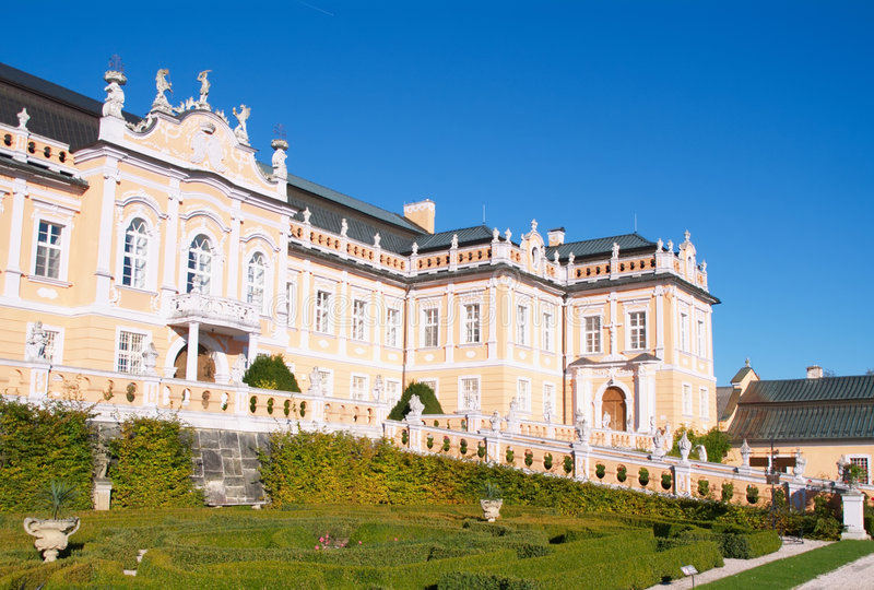 O frontage do palácio em Nove Hrady foto de stock
