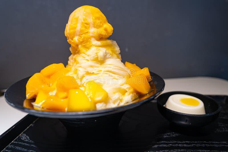 O fruto da manga barbeou o sabor de leite do gelado do gelo e da manga imagem de stock