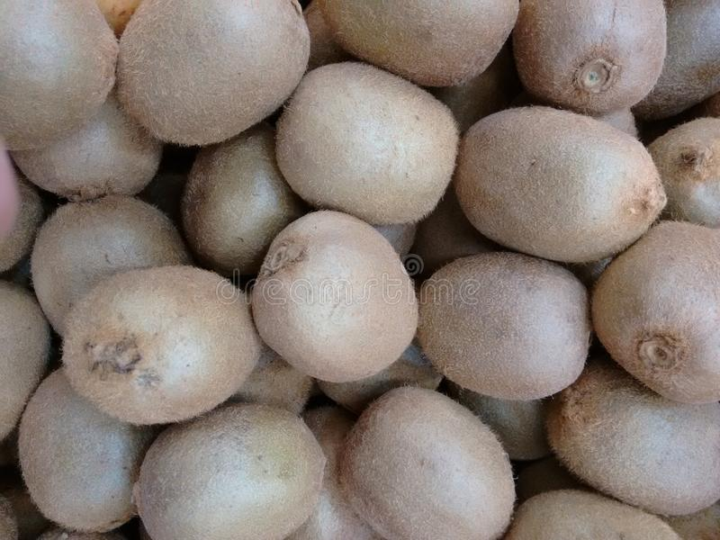 O fruto de quivi, groselha chinesa, pêssego da morango, verde-descarnou o actinidia ou o Yang-TAO fotos de stock