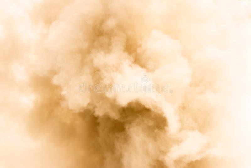 O fumo amarelo gosta do fundo das nuvens fotos de stock