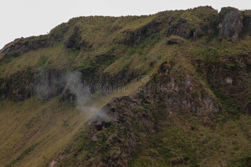 O fumo aumenta de um conduto vulcânico na cratera de Batur Formação Geological no vulcão ativo com chaminé vulcânica imagens de stock royalty free
