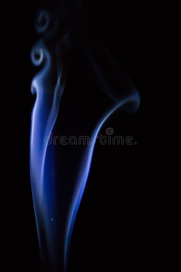 O fumo azul abstrato roda sobre o fundo preto foto de stock royalty free
