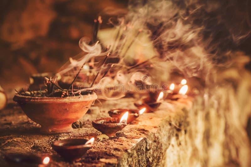 O fumo do incenso aromático ardente cola dentro do templo Incense para que os deuses rezando da Buda ou do hindu mostrem o respei imagem de stock
