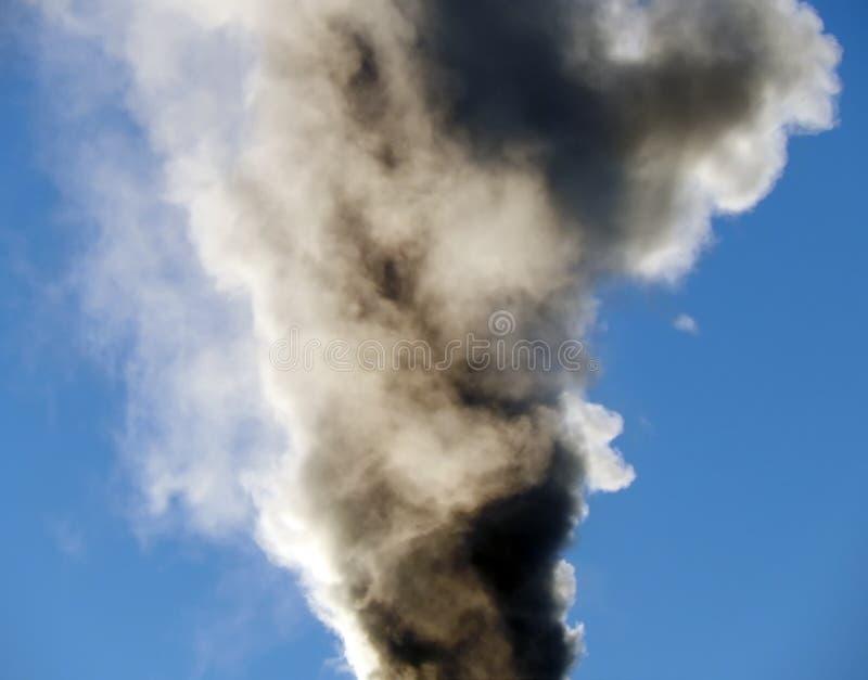 O fumo preto aumenta ao céu no fogo imagem de stock