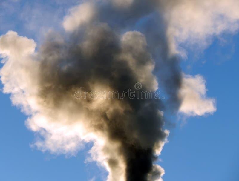 O fumo preto aumenta ao céu no fogo foto de stock