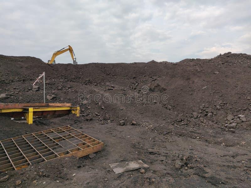 O funcionamento da máquina escavadora na armazenagem de carvão do lignite fotografia de stock