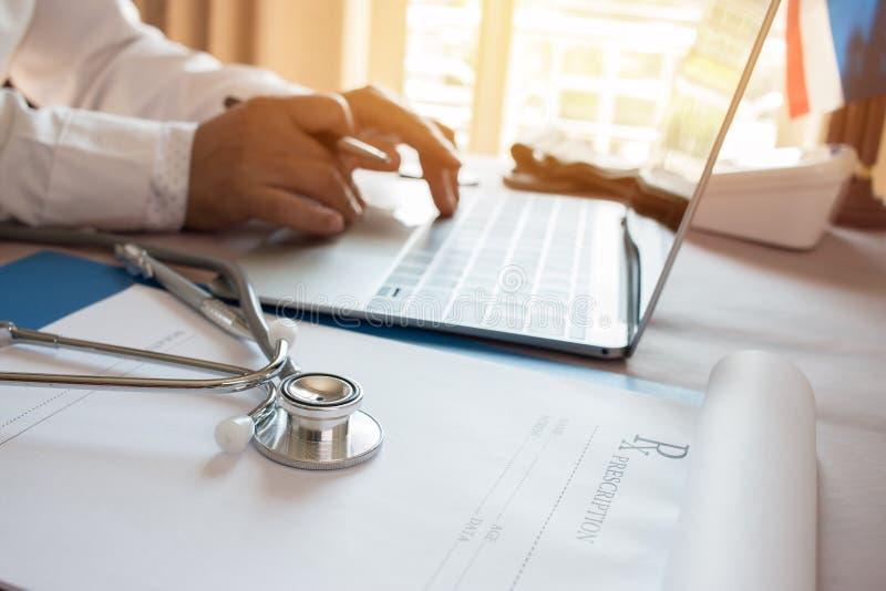 O funcionamento do doutor no laptop, clipbo da prescrição da escrita foto de stock