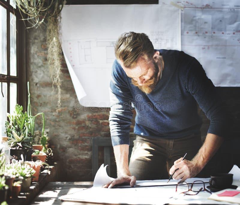O funcionamento do homem determina o conceito do estilo de vida do espaço de trabalho foto de stock