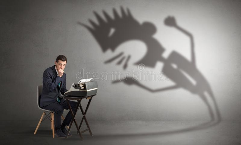 O funcionamento e do homem estão receosos de uma sombra gritando fotos de stock