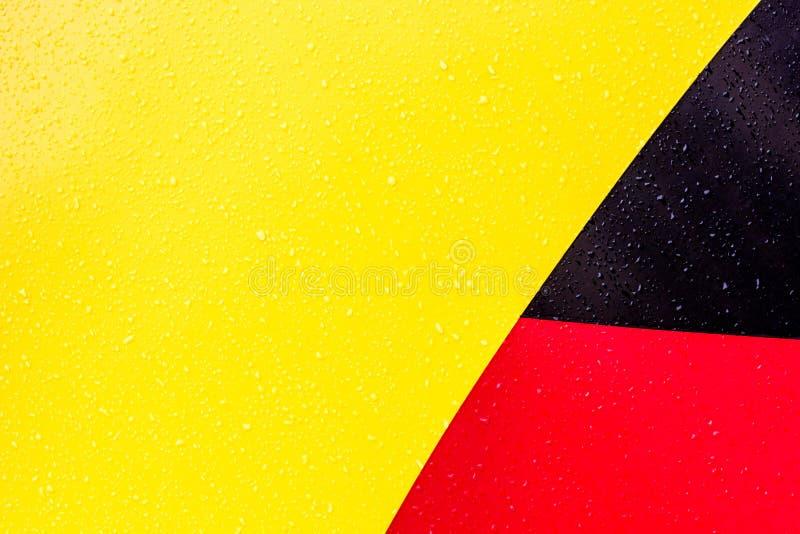 O fundo é amarelo vermelho preto Figuras de cores diferentes As linhas são diferentes de se fotos de stock royalty free