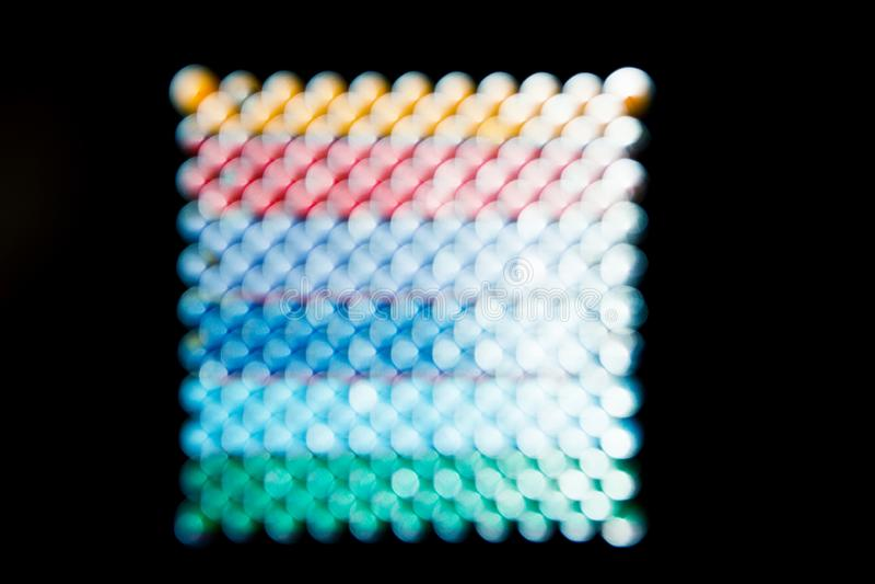 O fundo abstrato, arco-íris esquadrou círculos no preto imagens de stock