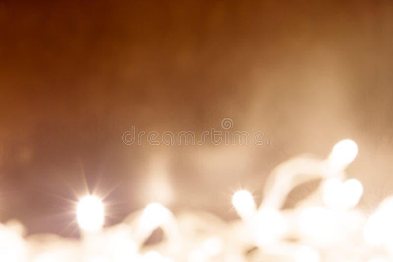 O fundo abstrato das luzes brancas com laranja degrada imagens de stock