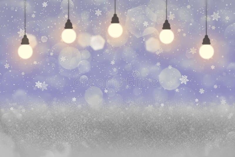 O fundo abstrato de brilho bonito do bokeh defocused das luzes do brilho com ampolas e os flocos de queda da neve voam, modelo do ilustração royalty free
