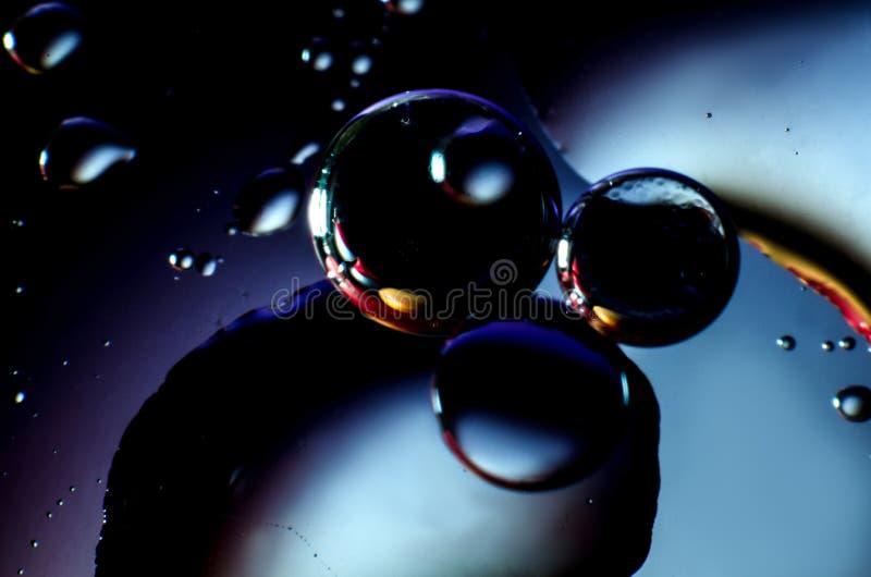 O fundo abstrato de gotas coloridas e as gotas da água ou do óleo moldam em geral imagens de stock