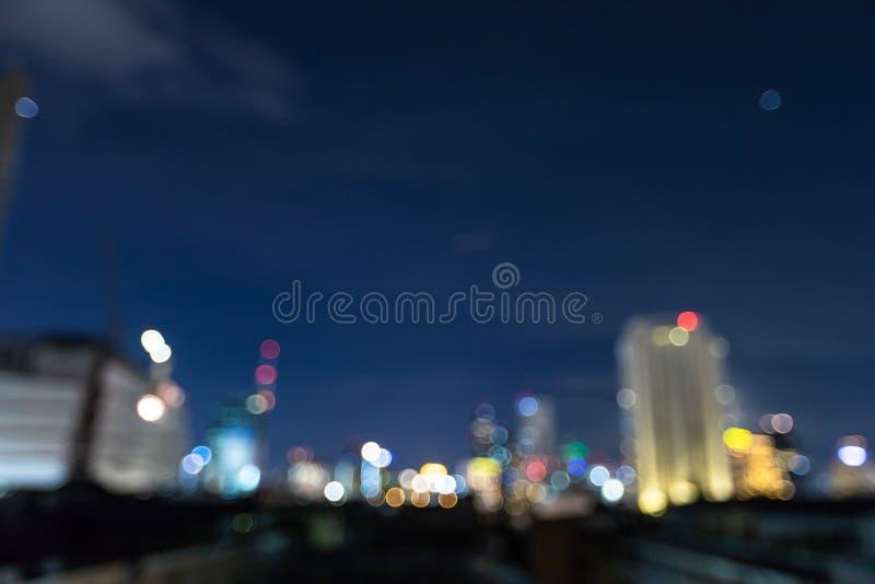 O fundo abstrato do bokeh da arquitetura da cidade, arquitetura da cidade no tempo crepuscular, borrou foto, Defocused na opinião foto de stock