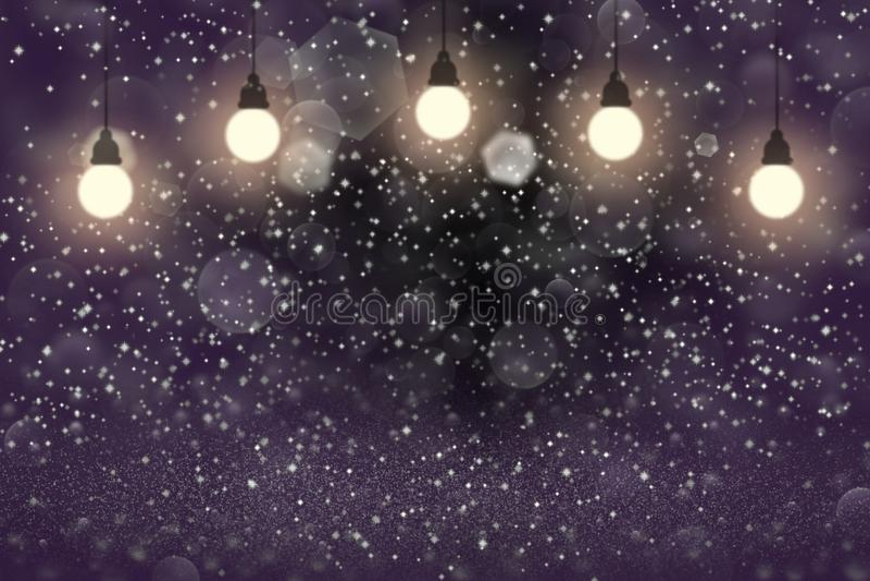 O fundo abstrato do bokeh defocused brilhante maravilhoso roxo das ampolas das luzes do brilho com fa?scas voa, textura festal do ilustração royalty free