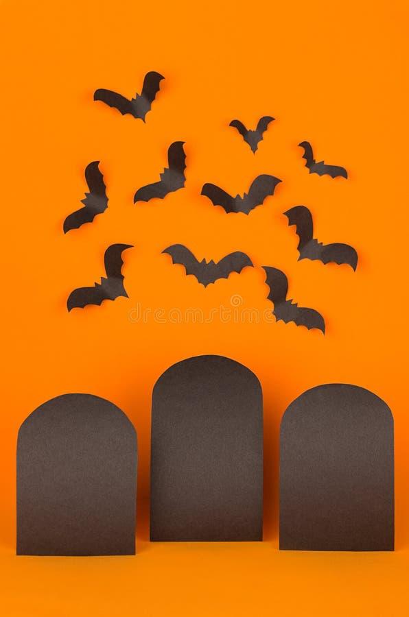 O fundo alaranjado de Dia das Bruxas com etiquetas pretas vazias da venda e os bastões reunem-se, zombam-se acima imagens de stock