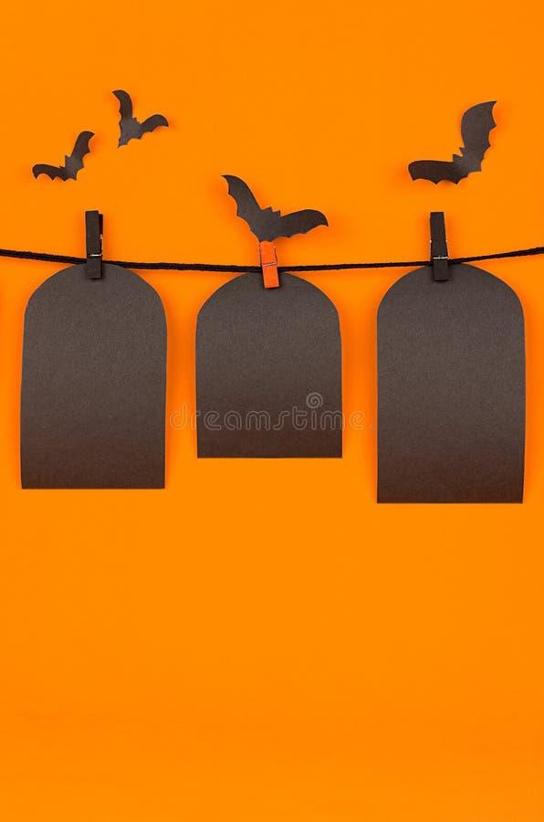 O fundo alaranjado do divertimento de Dia das Bruxas com etiquetas pretas da placa, zomba acima imagens de stock royalty free
