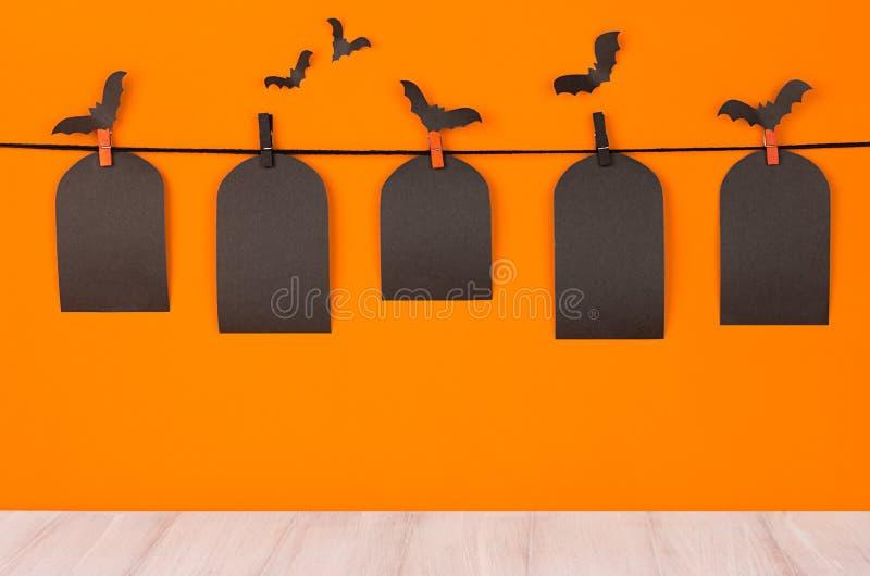 O fundo alaranjado do divertimento de Dia das Bruxas com etiquetas vazias pretas da venda e placa de madeira branca, zomba acima imagem de stock