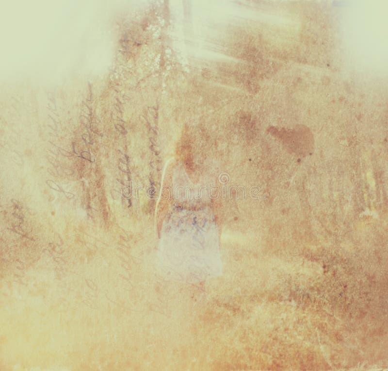 O fundo borrado surreal da jovem mulher está no conceito abstrato e sonhador da floresta a imagem textured e retro é tonificado foto de stock
