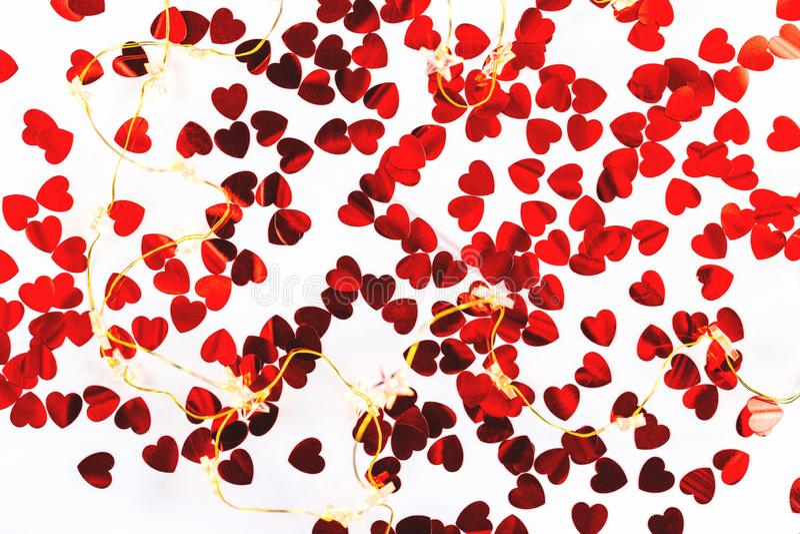 O fundo branco com coração deu forma a confetes vermelhos fotos de stock royalty free