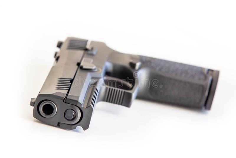 O fundo branco do revólver moderno isolou-se perto acima fotografia de stock